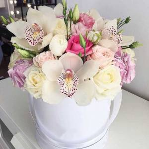 Нежные орхидеи и розы в коробке R643